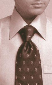 服装スタイルの「謎・不思議」: 結び目の「フォアインハンド・ノット」の由来は?